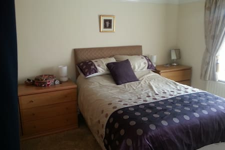 Modern Double bed in quite location - Chadderton - Hus