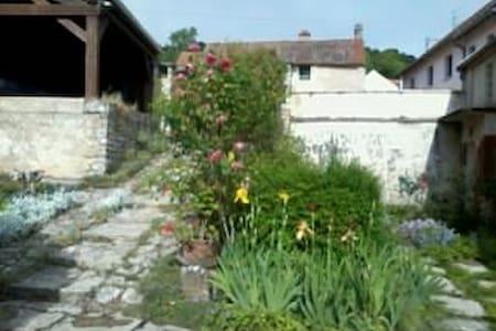 A l'étage d'une maison ancienne : chambres  calmes - Corcelles-les-Monts