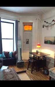 Super charming and cozy Studio in Manhattan, perfect for couples, or couples with one child. Two blocks from trains 2/3 express 15 minutes to Times Square. 10 minute walk to Columbia University campus. Two great supermarkets and pharmacies close.