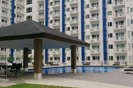 SM Condo w/ BALCONY, Wi-Fi and POOL - Quezon - Appartamento