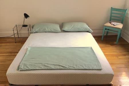 Comfy Queen Bed near Jumel Terrace!
