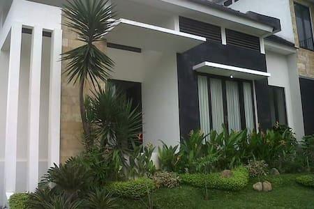SPACIOUS GUEST HOUSE AT BATU MALANG - Villa