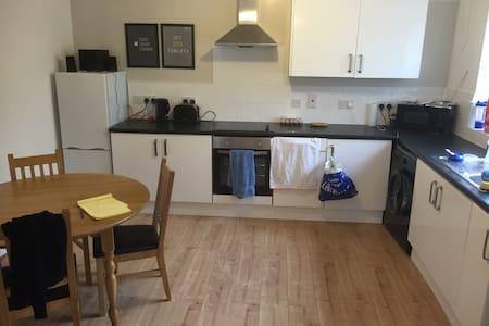 Private, en-suite room town centre - Swindon - Rumah