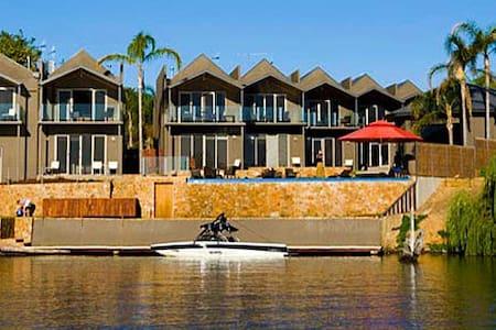 Luxury Lakeside Townhouse - Nagambie