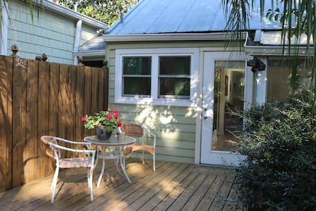 Cozy Cottage - Walk to Downtown - Appartamento