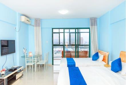 连住三晚免费接机三亚湾海景温馨双床家庭房 躺在床上看海 - Appartamento
