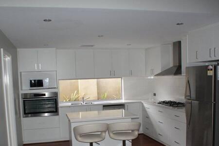 Modern, New Home near River - South Yunderup - Casa