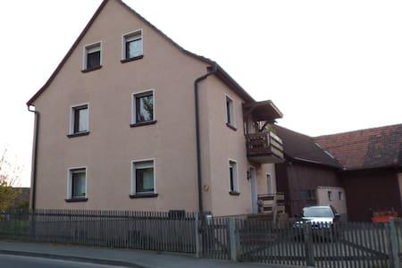 Wohnen in ländlicher Idylle / Zimmer 1/bis 5Pers. - Eußenheim - Hus