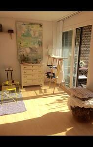 Hyggelig et-værelse med stor altan - Apartamento