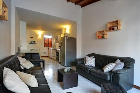 1 minute from everything 2 blocks from LLeras parc - Leilighet