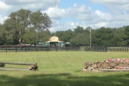 Heaven on a horse farm ! - Lakás