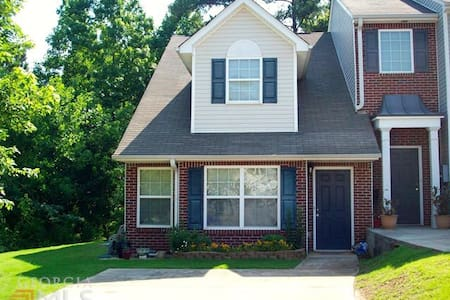 25 minutes South of the Atlanta Airport!  Save $$$ - Townhouse