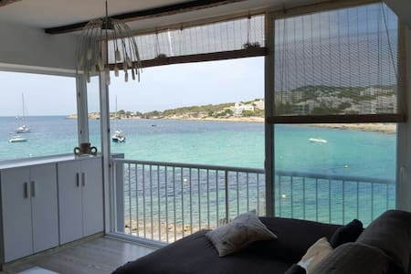 Nice renovated loft with the best sunset of the whole island and full views of the sea. Clean, comfortable, it has everything you need for a pleasant stay. It offers Wi-Fi and air conditioning.