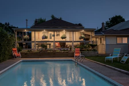 Cozy & Private Poolside Studio Flat - Toronto - Pensione