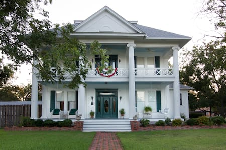 Pecan Manor B & B in Taylor TX - Bed & Breakfast