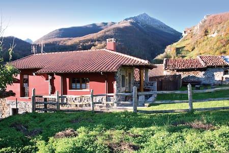 Romántica casita de montaña con jardín - House
