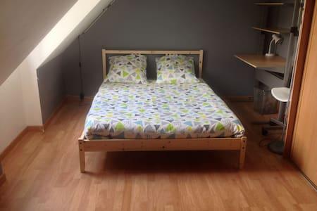 Chambre à l' étage pour 1 à 4 pers - Saint-Arnoult-en-Yvelines - Dom