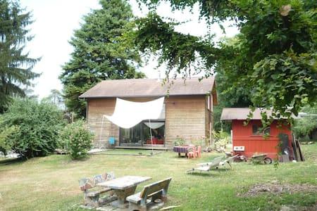 Maison entre ville et campagne - Haus