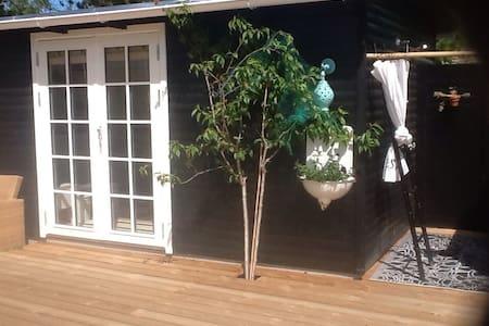 Charmerende anneks med udendørs bad - Cabane