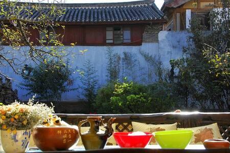 位于丽江束河古镇的纳西古院,瑜伽,禅修会所,提供绿色,健康生活体验。