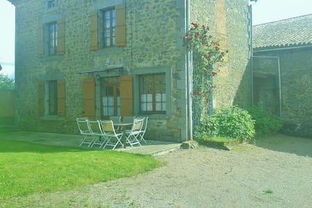Gîte 8 personnes, jardin clos totalement privé - Busserolles