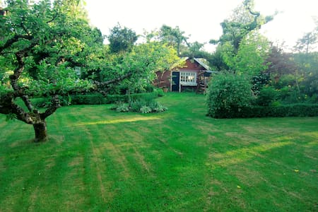 Guesthouse in rich flowering garden, 150 m to bath - Hytte