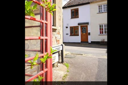 Cosy cottage in historic village - Bude - House