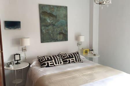 Luminosa habitación con baño propio - Gelves - Casa