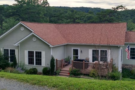 10+ Person Home - Family Friendly - Blacksburg - Ház