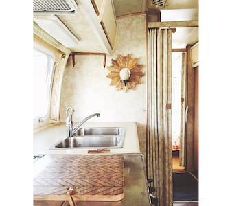 Dreamy Farm Stay in '76 Airstream - Heber City - Wohnwagen/Wohnmobil