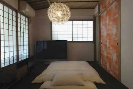 10mins walk to Shibuya station in quiet residential area. It is very comfortable place to live, 2 mins walk to covenience store, There are 3 futon sets of futon(Japanese style bed) and 1 sofa.