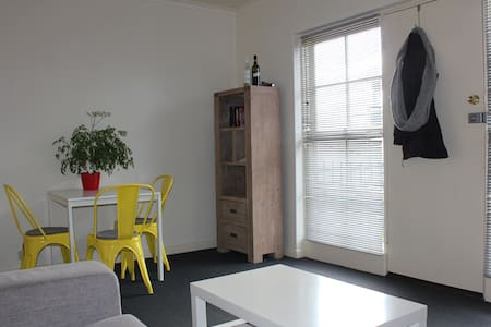 Light & comfortable apt on Lygon St