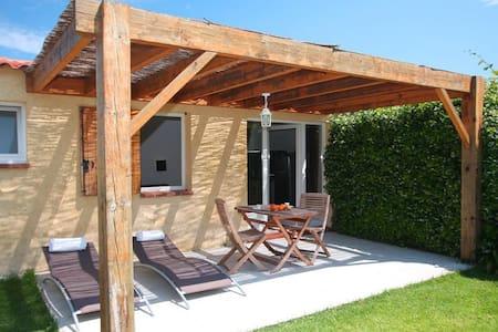 "Minivilla studio ""amaryliis"" private garden with barbecue and swimming pool 5 minutes from the beach - Villa"