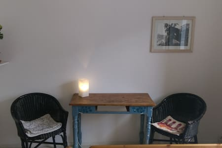 The flat and therefore the room is right in the middle of Altona, near St. Pauli, Sternschanze and the harbour.  The room is 12m² big and equipped with a king size bed. You can easily reach Ottensen for shopping, restaurants and coffee shops.