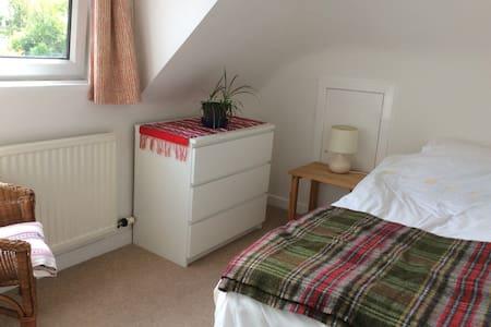 Cosy single room in lovely home - Гестхаус