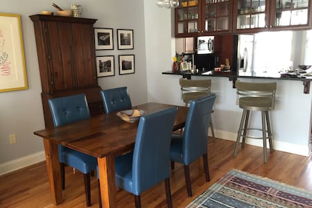 Comfortable Townhome 1 min from rapid - Shaker Heights