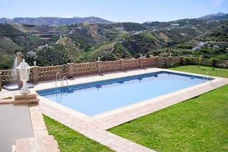 Andalusian studio with fabulous pool - Frigiliana