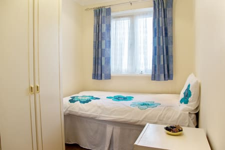 Single Bedroom with b/fast & wifi - Bed & Breakfast
