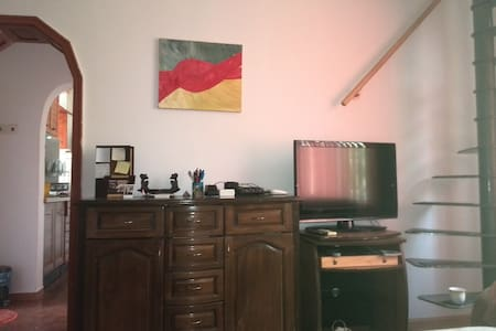 Sunny apt 5 minutes from beach BnB, 10 min oldtown - Apartment
