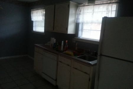 Room in 3 BR house with own bath - Metairie - House