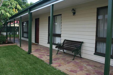 Cosy room in a house near river - Graceville - Hus