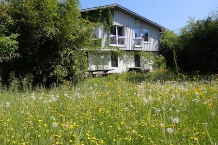 Traumhaftes Haus am See mit Garten - Rumah