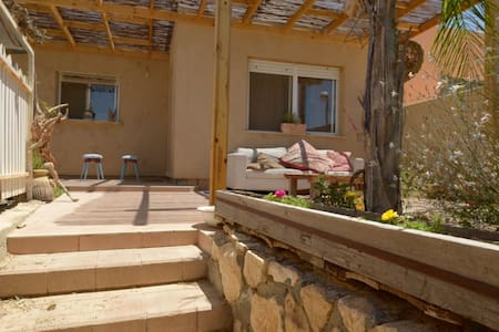 A relaxed, quiet and wellcoming house in the desert. Arajan house is an indian style space, with a beatiful garden and a fire place. come and enjoy the refreshing weather even in the summer and the clearest sky, with milions of stars...