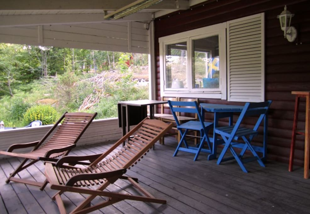The veranda gives good shade on hot days or protection against rain. The chairs can be moved out into the sun.