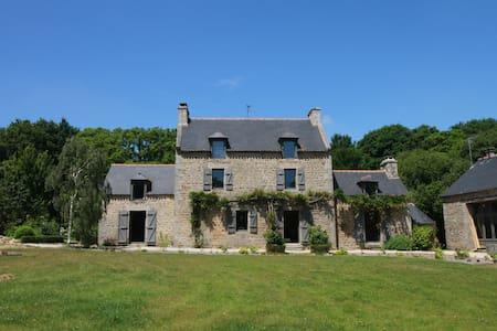 Gîte La Hunaudaye Domaine du Bois Riou. près Dinan - Casa