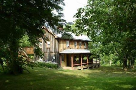 Old Homestead  C1800 farmhouse, mountain views - Rumah