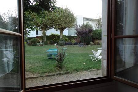 Chambre privée  sur jardin - Wohnung
