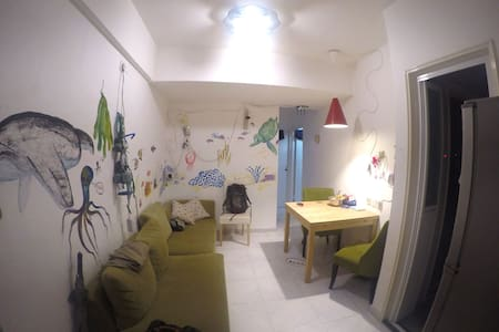 This comfortable bedroom in a shared flat is available for sublet. 1 sometimes 2 co-habitants. Spacious given its low price. 10 min by foot to Hung Hom MTR, HK PolyU. Buses to everywhere, anytime.