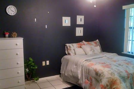 Cozy Room in a Quiet Neighborhood - Ev