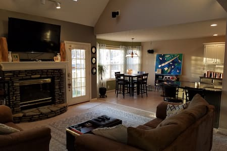 Open floor plan with great Basement - Louisville - Casa
